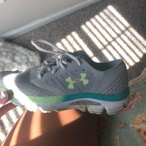 Under armour speedform tennis shoe
